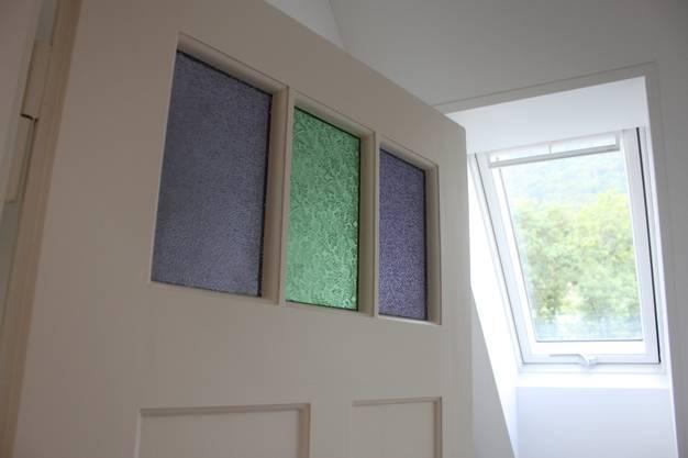 Tür mit farbigen Glasfenstern