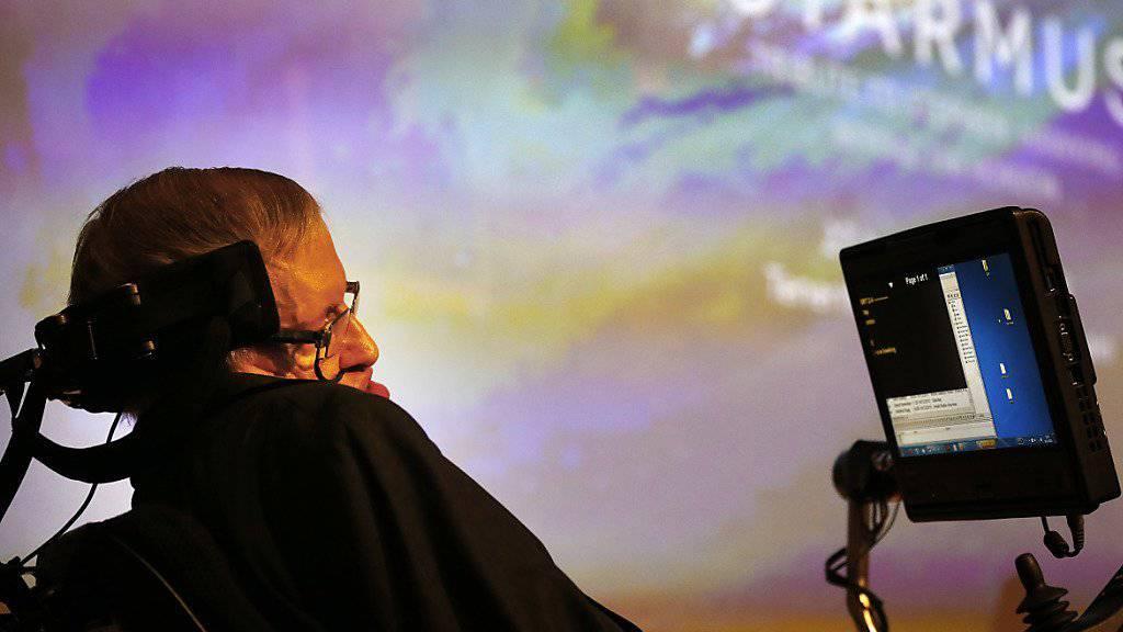 Der weltberühmte Physiker Stephen Hawking mahnt in einer Vortragsreihe seine Mitmenschen zur Vorsicht. In den nächsten 1000 bis 10'000 Jahren könnte sich die Menschheit selbst ausrotten. (Archiv)