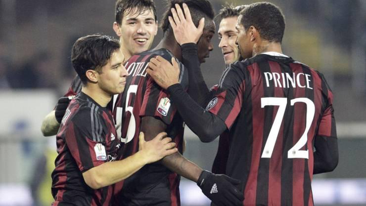 Torschütze Mario Balotelli (Mitte) wird gebührend gefeiert