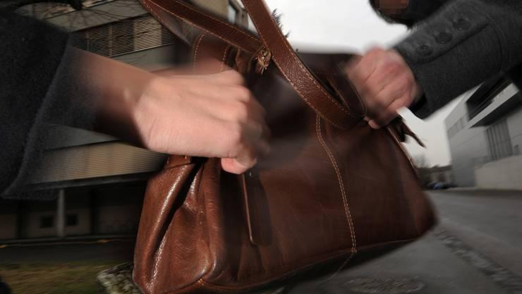 Zwei Unbekannte haben am frühen Donnerstagmorgen versucht, einer Frau in Bern die Tasche zu entreissen (Symbolbild)