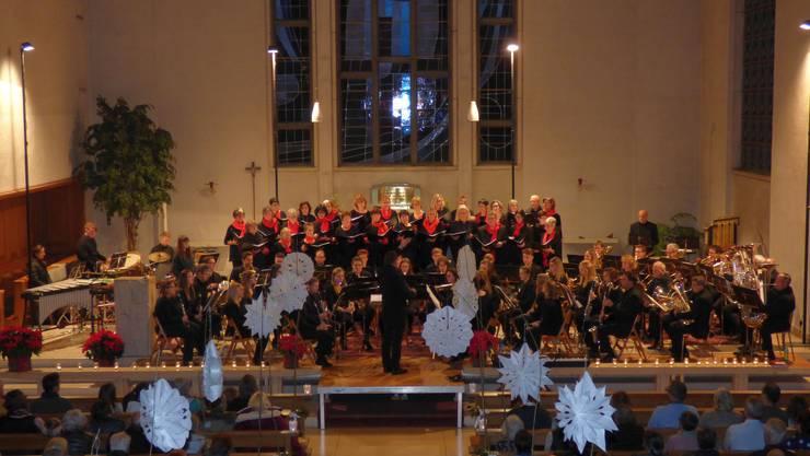 Happy Singers und Musikgesellschaft Harmonie Fulenbach treten in der Kirche gemeinsam auf.