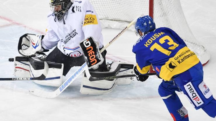 Fribourg-Goalie Benjamin Conz pariert den Abschluss von Robert Kousal