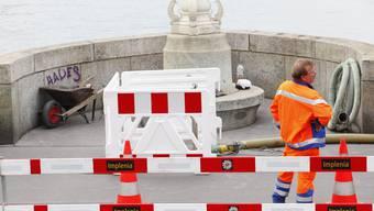 In geheimer Mission: Sprengstoff-Fachleute des Militärs passen auf, dass keine Passanten die Baustelle betreten. (Bild: Andreas Frossard)