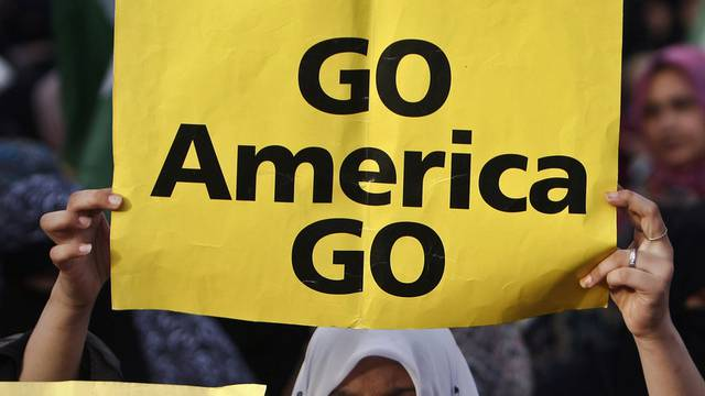 Eine Anhängerin der religiösen Partei in Pakistan sagt, wo sie die Amerikaner haben will