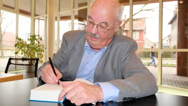 Im Mittelpunkt: Nach seiner Lesung hatte Heinz Lüthi zahlreiche Exemplare seines Werks «Strömungen» zu signieren.
