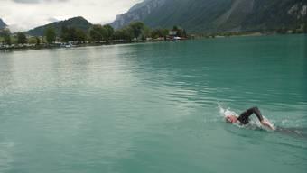 Romano Mombelli schwimmt durch den Brienzersee