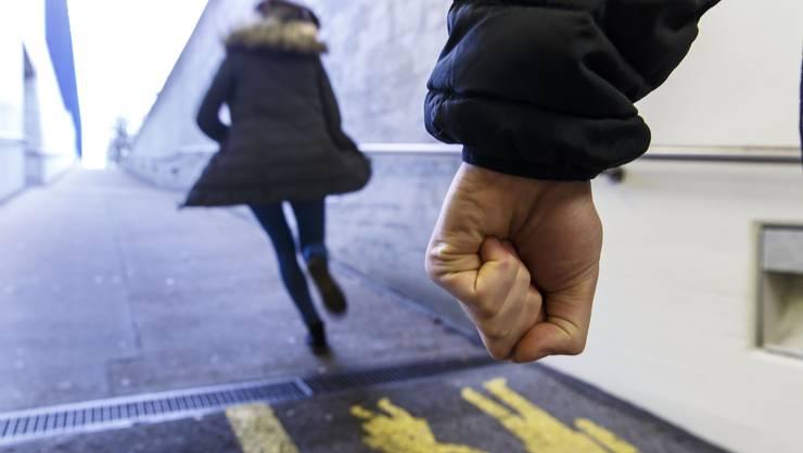Der Mann hat die junge Frau angeschrien, dabei schritt er auf sie zu.