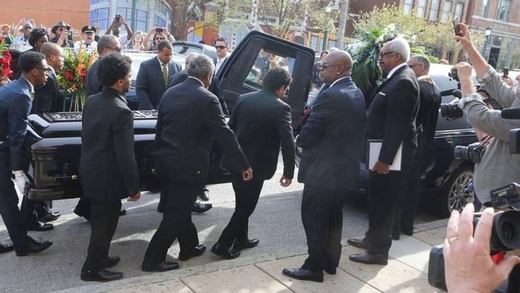Zahlreiche Menschen nahmen am 9. April 2017 am Begräbnis der Rock'n'Roll-Legende Chuck Berry teil.