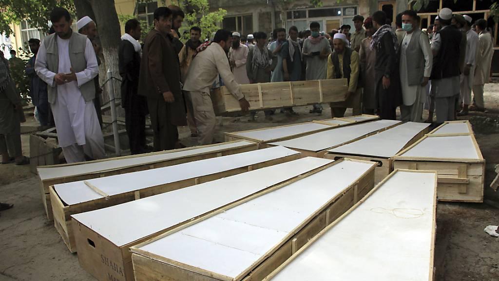 Die Särge für die Opfer des Angriffs vom Dienstag werden in einem Krankenhaus in der nördlichen Provinz Baghlan auf den Boden gestellt. Arbeiter der Minenräumungsorganisation Halo Trust wurden am Dienstagabend angegriffen. Foto: Mehrab Ibrahimi/AP/dpa Foto: Mehrab Ibrahimi/AP/dpa