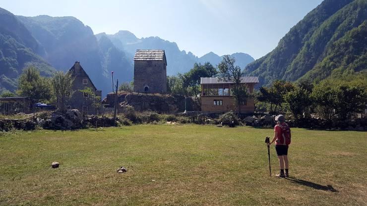 Die Schattenseiten des aufkommenden Tourismus: Im abgelegenen, malerischen Dörfchen Theth wurde eine Besenbeiz direkt neben den historisch wertvollen Blutracheturm gebaut.