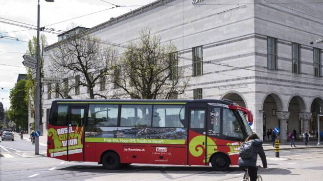 Noch ist er die eigentliche Attraktion: der erste Sightseeing-Bus von Basel. Foto: Kenneth Nars