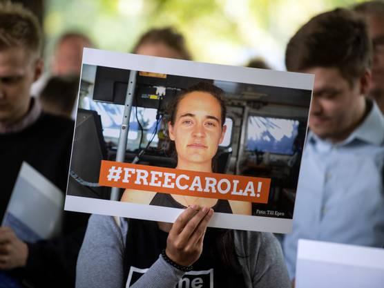 Teilnehmer einer Mahnwache vor dem italienischen Generalkonsulat in Köln machten sich für die Freilassung von Carola Rackete stark.