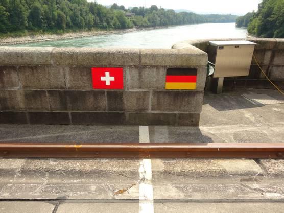 Auf dem Wehr verläuft die Landesgrenze Schweiz-Deutschland
