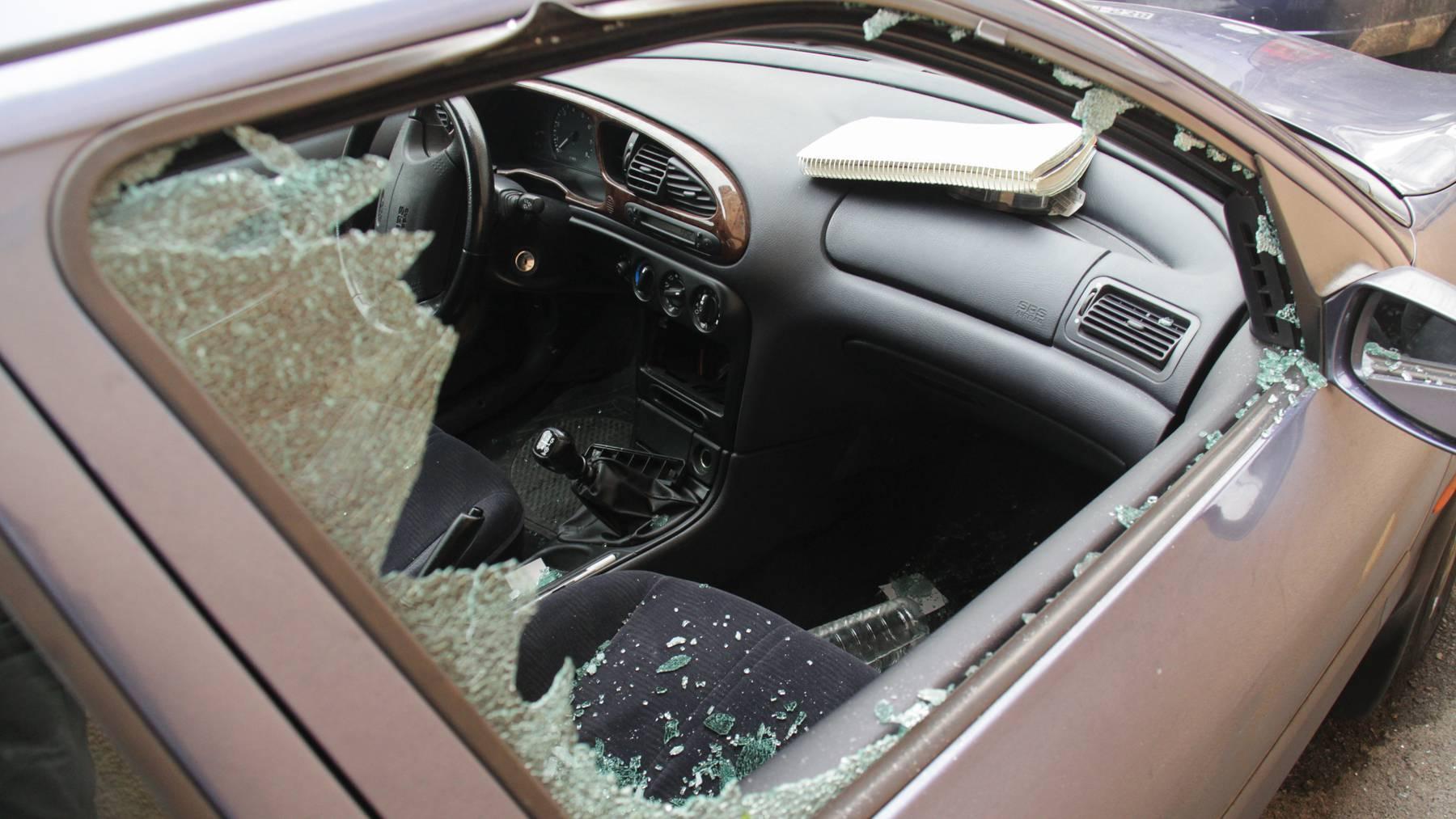 Aus den Fahrzeugen wurden Ausweisdokumente sowie Wert- und Gebrauchsgegenstände gestohlen. (Symbolbild)