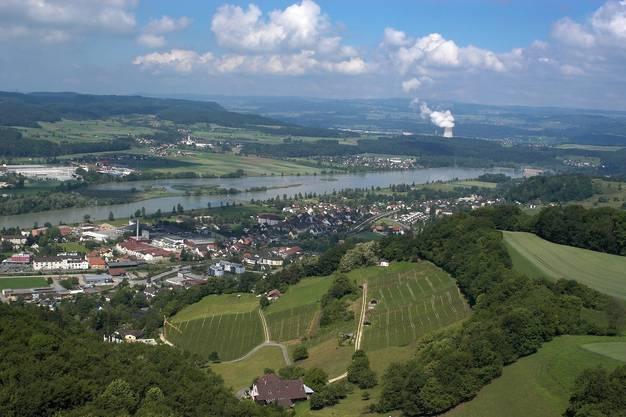Blick auf den Klingnauer Stausee mit Döttingen (links), Klingnau (Mitte) und dem AKW Leibstadt (im Hintergrund).