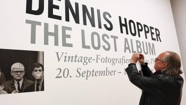 Ein Besucher der Ausstellung in Berlin