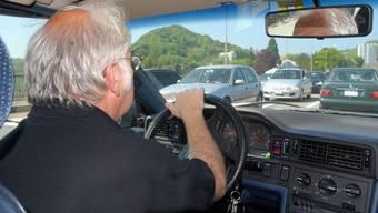 Senioren am Steuer sind seit einigen Jahren ein Politikum. Bei der Fahrtauglichkeitsprüfung kann der Hausarzt zum Vertrauensarzt werden.