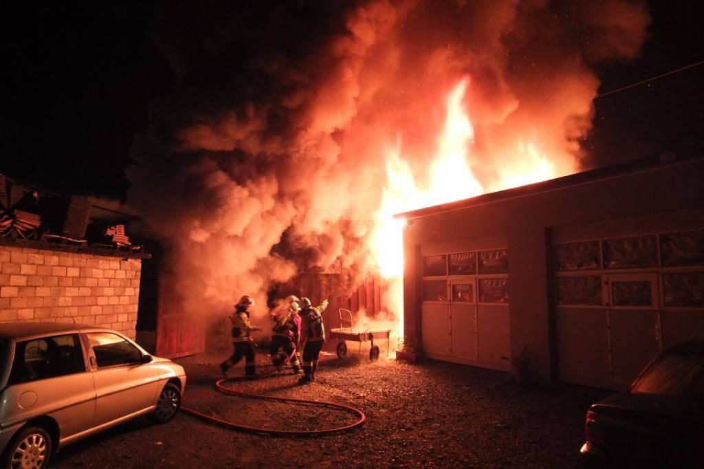In der Nacht auf Dienstag brannte diese Scheune in Sargans (© Kapo SG)