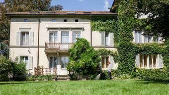 Auf dem Areal des Berufsbildungszentrums Niederlenz im Dorfzentrum steht diese Villa mitten in einem Park.