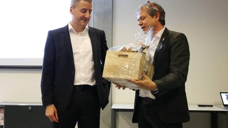 IG pro VEBO Präsident Philipp Hadorn bedankt sich für das spannende Gastreferat von Thomas Kissling, Direktionsleiter Betrieb Near/Non Food Logistik beim Migros Verteilbetrieb AG Neuendorf.