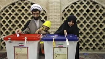 Stimmabgabe in einem iranischen Wahllokal