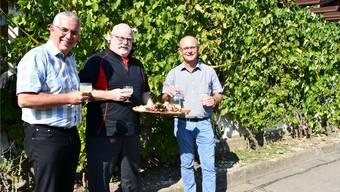 Stossen mit Sauser an auf den kulinarischen Herbst (v. l.): Roland Frauchiger (Gemeindeammann Thalheim), René Wasmer (Wirt Restaurant Weingarten) und Hans Peter Kuhn (Geschäftsführer Weinbaugenossenschaft Schinznach).