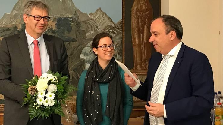 Markus Dieth gratuliert Janine Burren, die 1000. Nutzerin von «eUmzug». ZVG