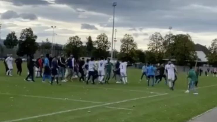 Wilde Szenen nach Fussballspiel: Zwei Mannschaften prügeln sich auf dem Sportplatz Rankhof.