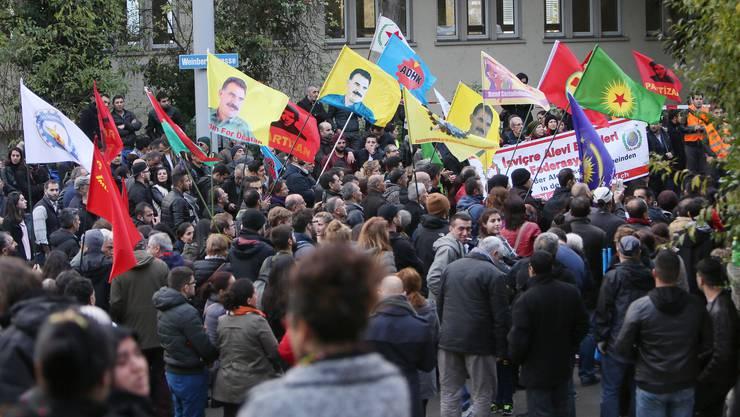 Anfang November 2016 protestierten Demonstranten mit Flaggen des Kurdenfuehrers Abdullah Oecalan an einer unbewilligten Demonstation in Zürich.