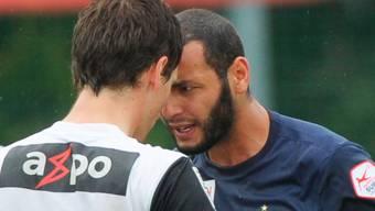 Aaraus Jubilar Sandro Burki (li.) behält während Yassine Chikhaouis Provokation kühlen Kopf. Freshfocus