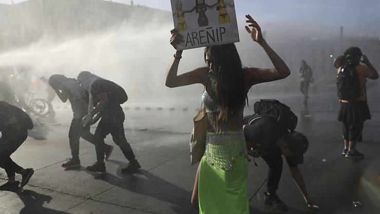 Die Polizei in der chilenischen Hauptstadt Santiago setzt Wasserwerfer gegen Anti-Regierungsdemonstranten ein.