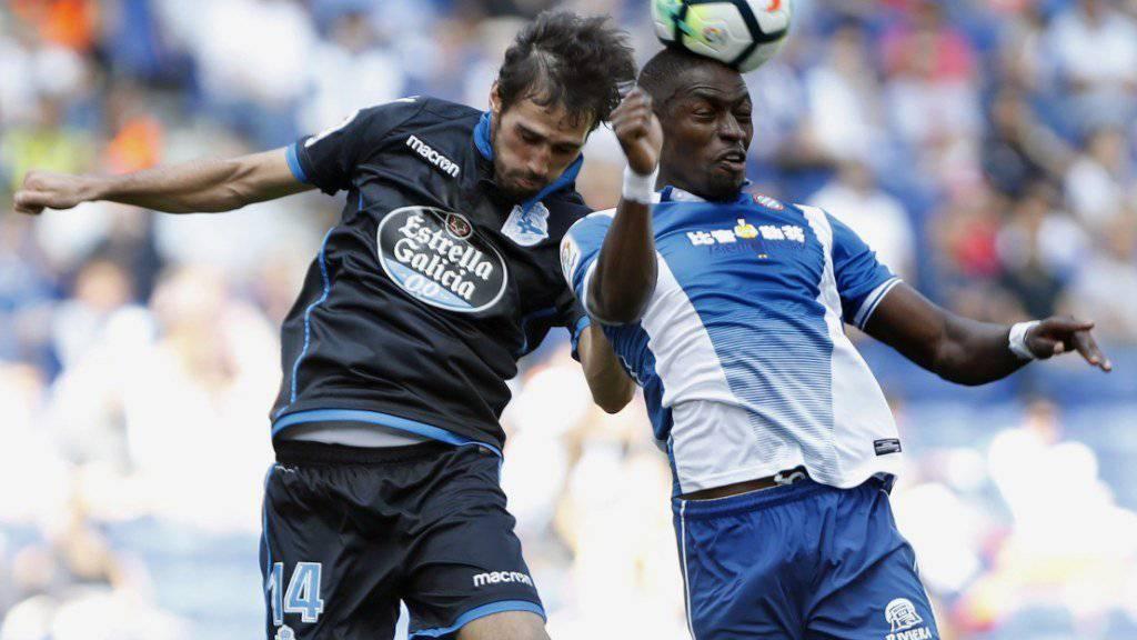 Fabian Schärs Verteidigerkollege Alejandro Arribas (links) zieht im Luftduell mit Espanyols Pape Diop den Kürzeren.