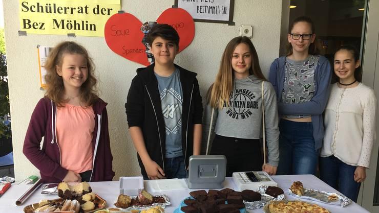"""Anissa, Gianluca, Samira, Julia und Anja von der Bez Möhlin engagieren sich freiwillig bei der Spendenaktion. """"Wir hatten viel Freude dabei!"""""""