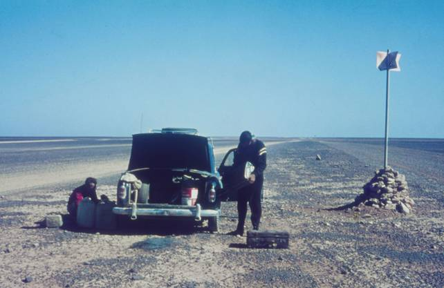 Der Schriftsteller Lorenz Stäger durchquerte 1966 zusammen mit Kollegen in seinem Mercedes die Sahara: Tademait-Plateau.