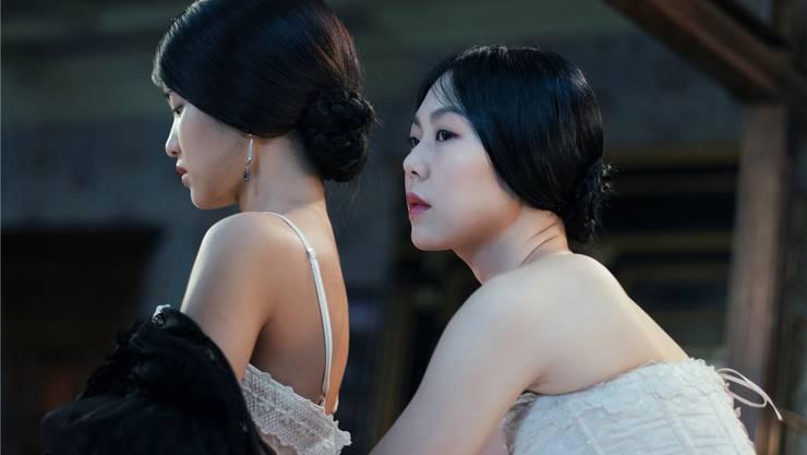 Machtspiele: Die Adlige Lady Hideko (Kim Min-hee, rechts) steckt ihr neues Dienstmädchen Sook-Hee (Kim Tae-ri) in ein Korsett.