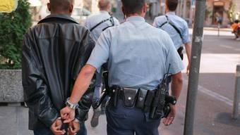 Festnahme eines Verdächtigen: Für renitente Asylsuchende soll es bald spezielle Zentren geben (Symbolbild)