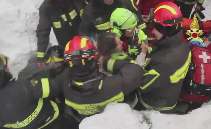 Trotzdem konnten die Rettungskräfte am Freitag acht Personen lebend bergen.
