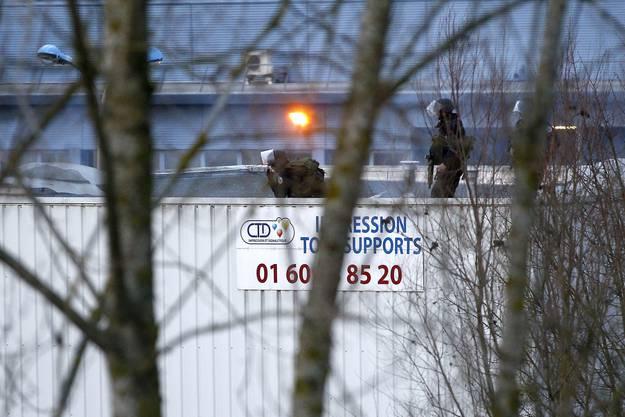 Dammartin-en-Goële: Ein erster Angriff der französischen Sicherheitskräfte auf die Druckerei.