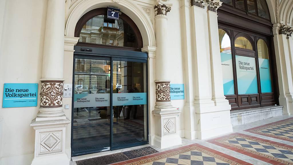 Die Eingangstür der ÖVP-Zentrale in der Lichtenfelsgasse 7 in Wien. Nach Angaben einer Parteisprecherin ist am 06.10.2021 das Kanzleramt und die Parteizentrale der konservativen ÖVP durchsucht worden. Foto: Georg Hochmuth/APA/dpa
