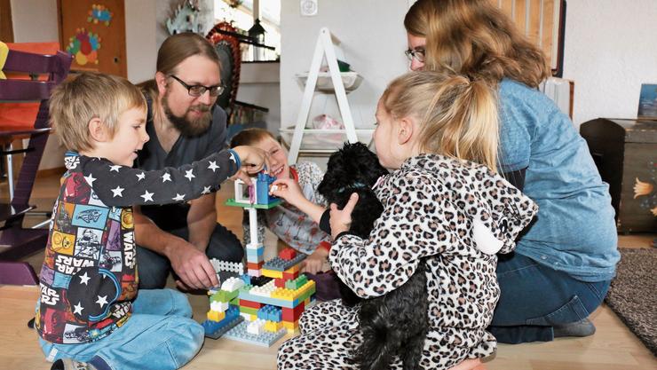Der Verein Familynetwork in Zofingen bildet Pflegefamilien aus und begleitet die Platzierungen von Pflegekindern.