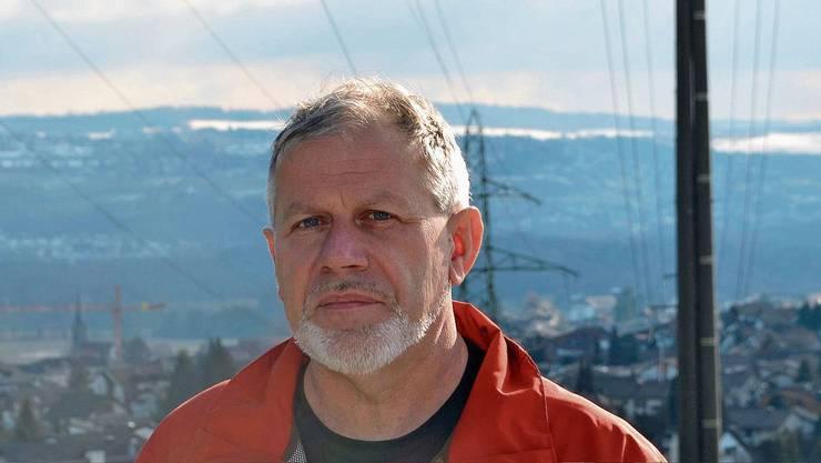 Hans Kneubühler, Präsident des Vereins Verträgliche Starkstromleitung Reusstal (VSLR), hält die Variante des Bundes für schlecht.