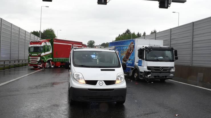 Zwei Lastwagen und ein Lieferwagen sorgten mit ihrem Auffahrunfall für eine Sperrung der Autobahn A2 bei Emmenbrücke.