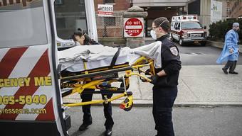 Ein Corona-Patient wird in Yonkers im Bundesstaat New York in eine Ambulanz verladen. Es liegen immer weniger Menschen wegen Covid-19 in den Spitälern. (Archivbild)