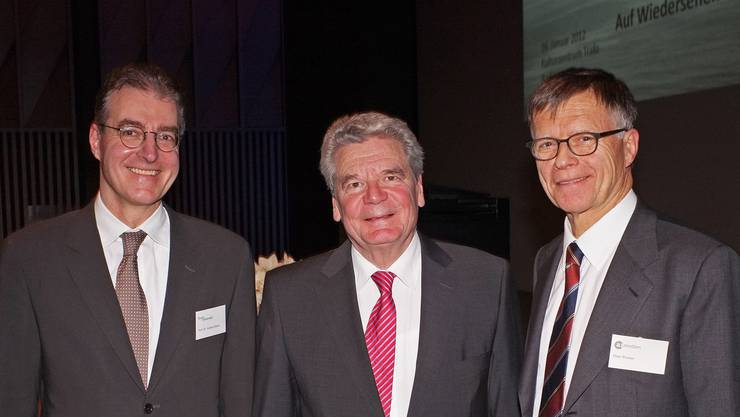 Joachim Gauck zwischen Co-Organisatoren Andreas Binder, Rechtsanwalt (links), und Peter Wanner, Verleger der az Aargauer Zeitung.
