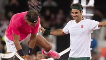 Grosse Rivalen und gute Kollegen: Weil sich Roger Federer und Rafael Nadal derzeit nicht auf dem Tennisplatz duellieren können, versuchen sie sich im Internet aus der Reserve zu locken