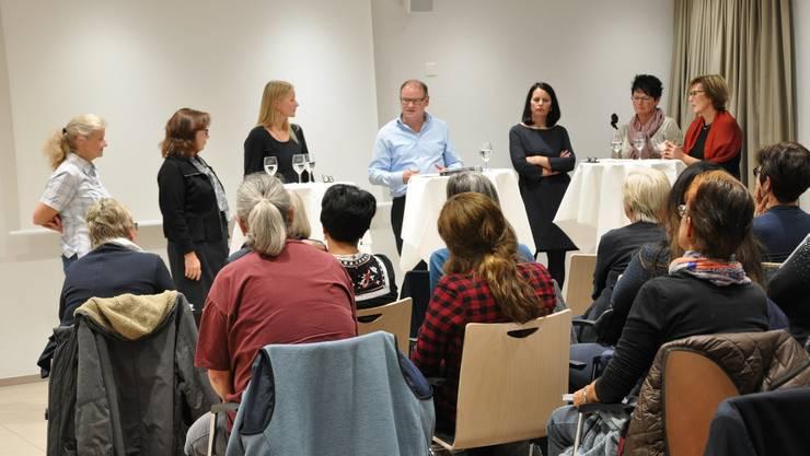 Die Teilnehmenden der Impulsveranstaltung unterhalten sich über Entwicklungsmöglichkeiten der Pflegehelferausbildung.