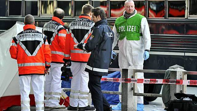Rettungskräfte und Polizisten am Tatort
