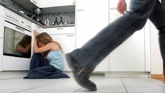 Viel zu oft werden die Täter heute mit ihren Problemen alleine gelassen. Die Folge: An ihrem gewalttätigen Verhalten ändert sich nichts. (Symbolbild)