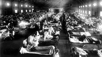 Schlechte Aussichten für Kranke: Überfüllte Spitäler und bei den kriegführenden Nationen war die Mehrzahl der Ärzte und des Pflegepersonals an der Front.