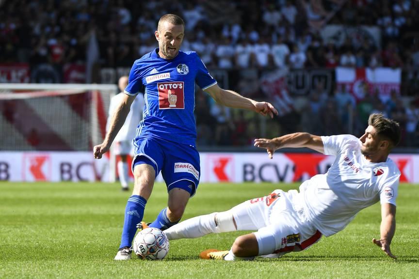 FCL-Spieler Christian Schneuwly am Ball gegen Sion-Mann Jan Bamert.